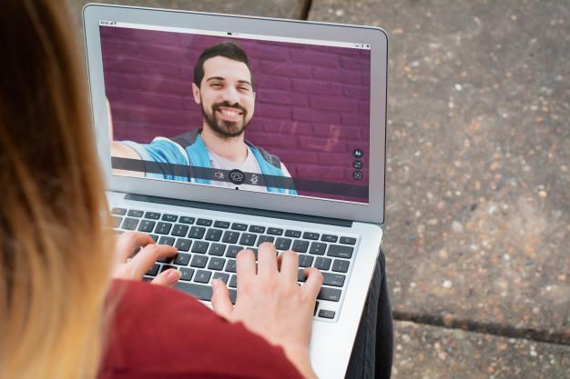 Aplicația de dating care îți lasă prietenii să dea swipe pentru tine