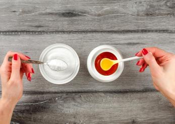 Duelul cel mai dulce: mierea sau zahărul?