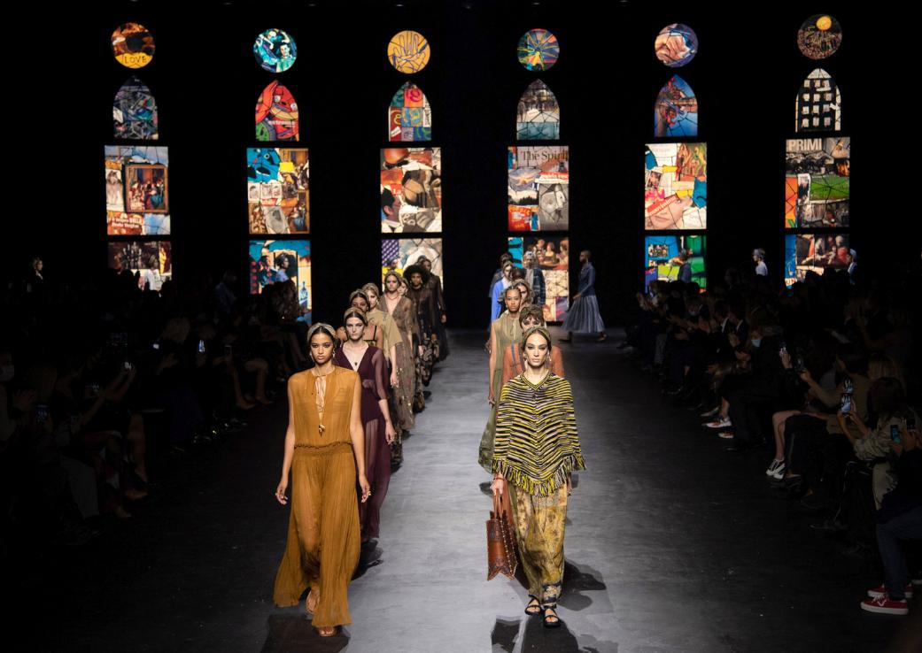 Casa Dior a recreat o catedrală gotică pentru #PFW
