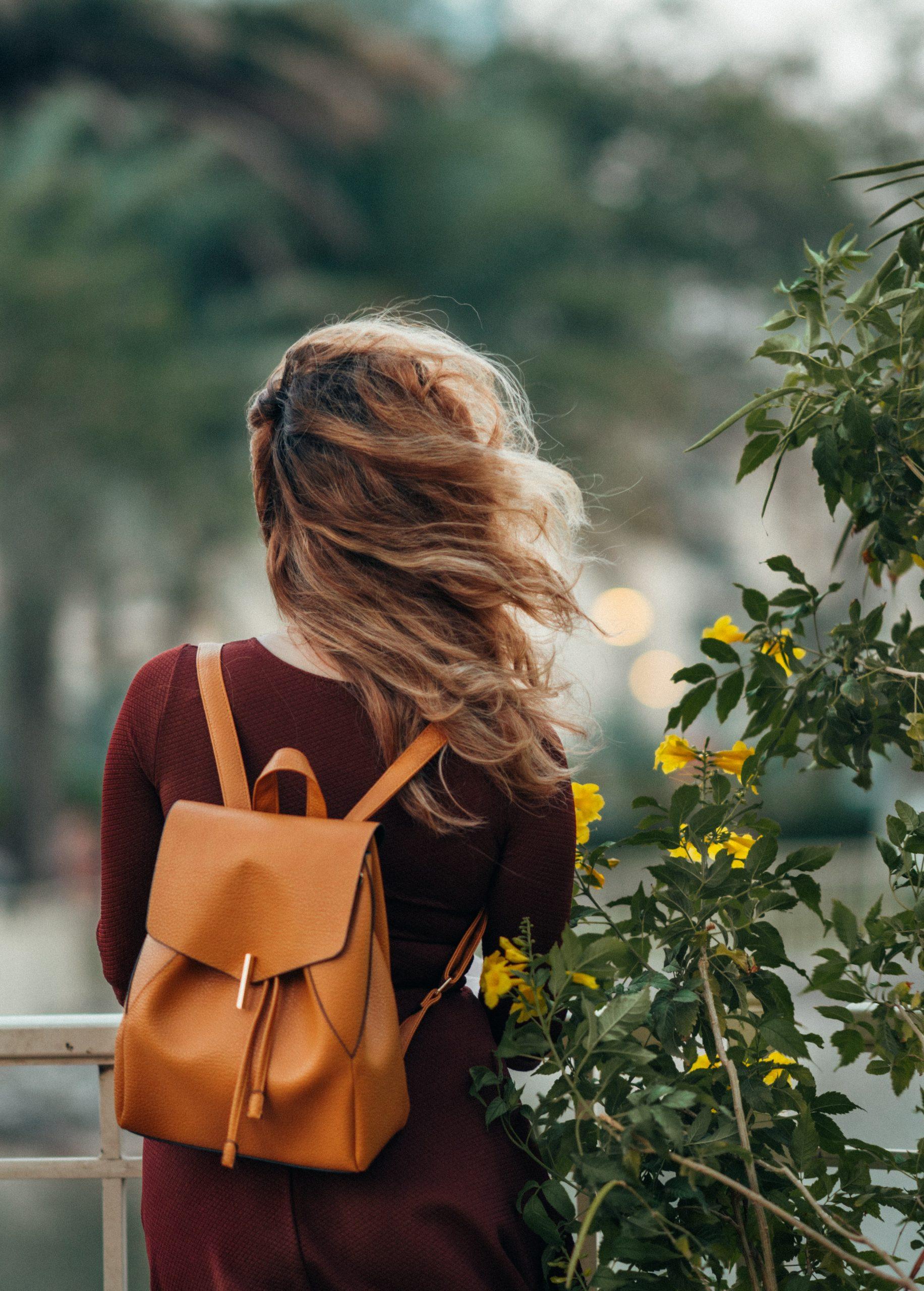 Cum să integrezi rucsacul în ținute feminine
