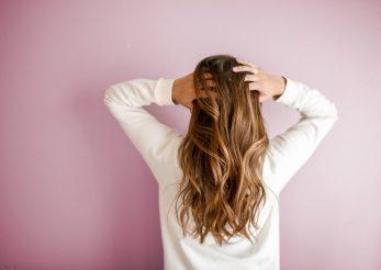 Cum se face decolorarea naturală a părului
