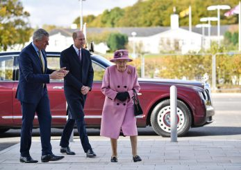 Regina, prinsă fără mască la purtător