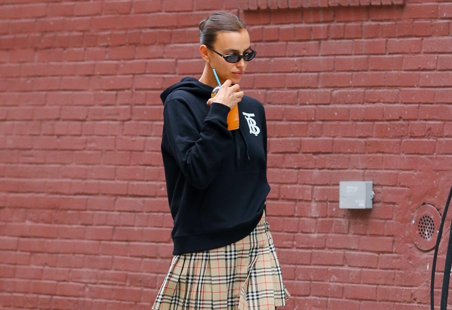 Hoodie și fusta plisată, un outfit casual pentru zilele de toamnă