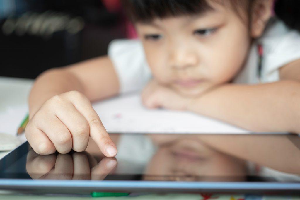 Autism virtual: cauze și remedii