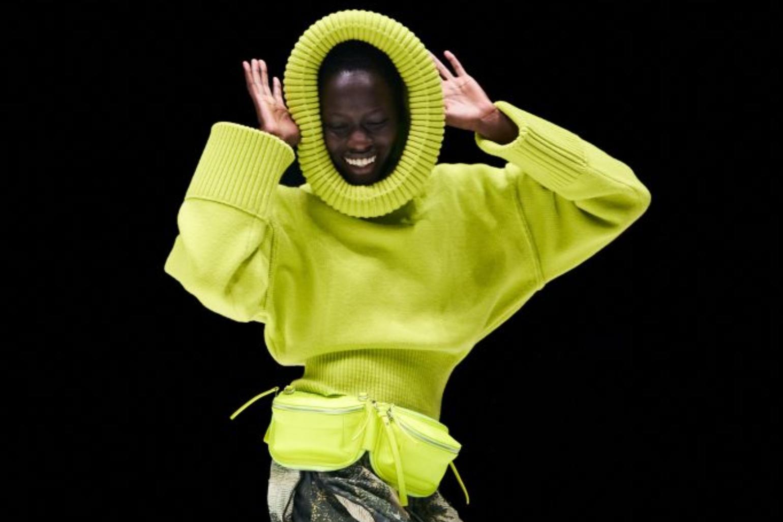 """Ținute asimetrice și pline de culoare la """"show-ul"""" virtual Kenzo"""