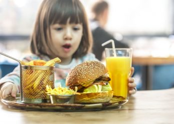 Ce pățesc copiii care mânâncă fast food?