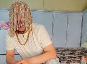 Cine e rapperul care și-a pus implanturi cu lanțuri de aur în loc de păr